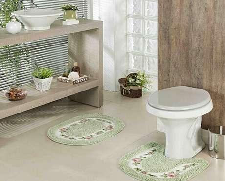 63- O tapete de banheiro verde claro e florido leva delicadeza ao ambiente. Fonte: Mercado Livre
