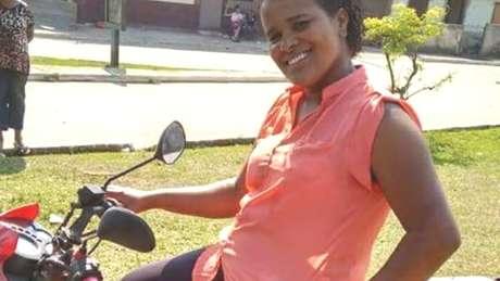De moto, Paula Geralda Alves foi até o povoado de Bento Rodrigues para alertar sobre o rompimento da barragem da Samarco em Mariana