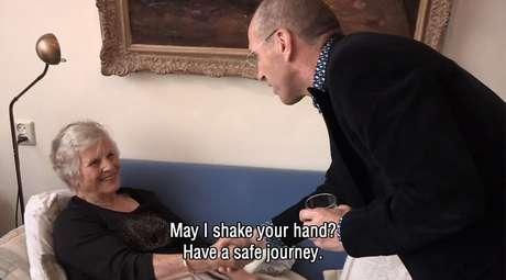Em cena do documentário, médico se despede de Annie: 'Posso te dar a mão? Tenha uma boa jornada'