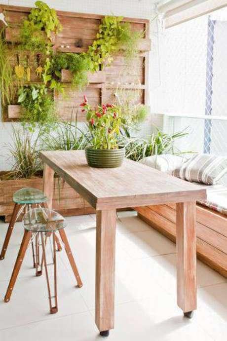 2. O jardim vertical feito de madeira deixou a varanda muito mais confortável e ainda mais bonita. Projeto por Conceição Estrela