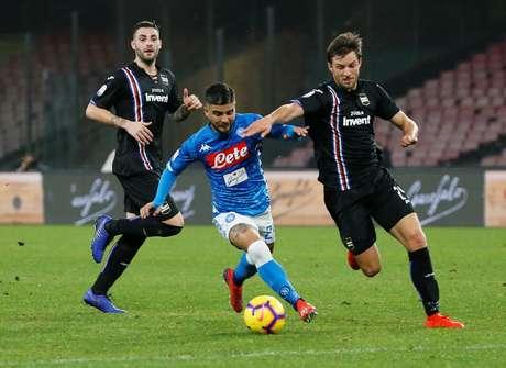 Insigne conduz bola marcado por defensor da Sampdoria