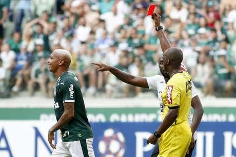 Expulsão no Dérbi de sábado não passou impune para Deyverson (Foto: Marco Galvão/Fotoarena/Lancepress!)