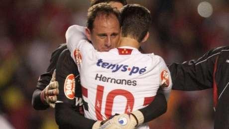 Hernanes e Ceni choraram abraçados após eliminação em 2010 - FOTO: Divulgação