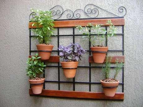 24. Suporte de ferro para jardim vertical com vasos de barro. Projeto por MC3 Arquitetura