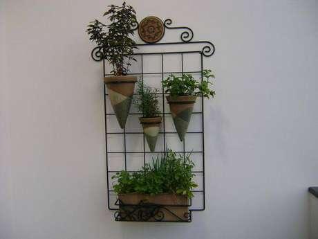 23. A horta vertical pode ser pequena, mas usar vasos diferentes já dá um charme na decoração. Projeto por MC3 Arquitetura