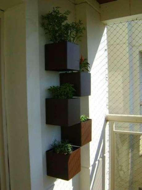 8. Alguns lugares vendem suportes próprios para fazer hortas verticais