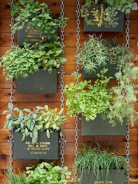 19. Horta vertical com caixotes de metal com correntes de metal para suporte