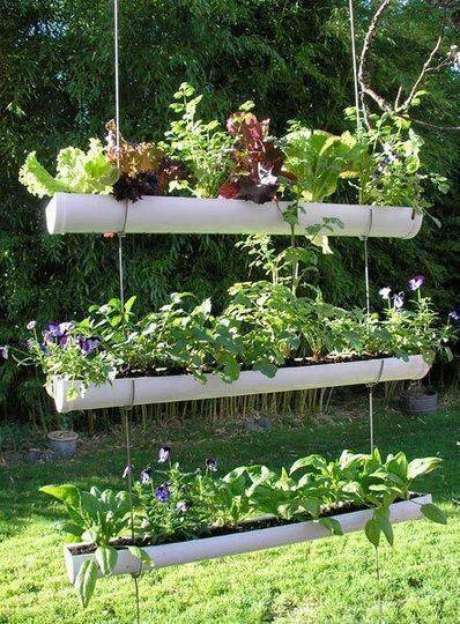 3. A horta vertical em canos dePVC suspensos é fácil de fazer e fica lindo na decoração