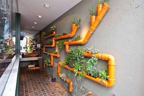 4. Corredor com horta vertical em canos de PVC pintados de laranja
