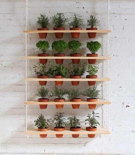 44. Horta vertical com cordas e prateleiras de madeira. Foto de Minha Casa Minha Cara