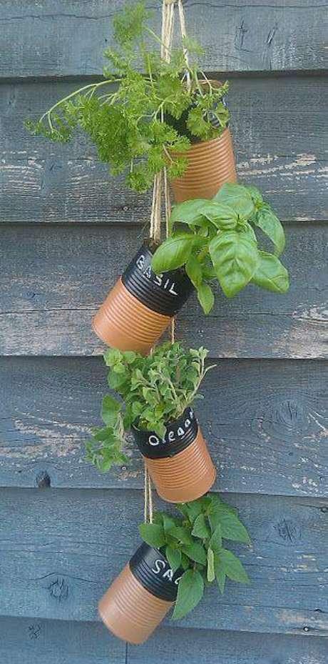 7. Uma forma criativa de reutilizar latas de alumínio na horta vertical