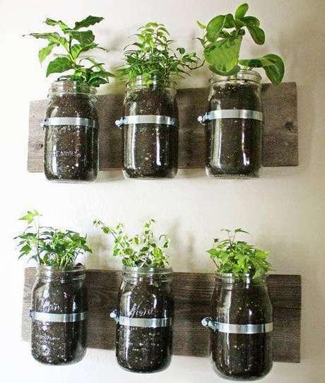 5. Pequena horta vertical em potes de vidro presos em pedaços de madeira