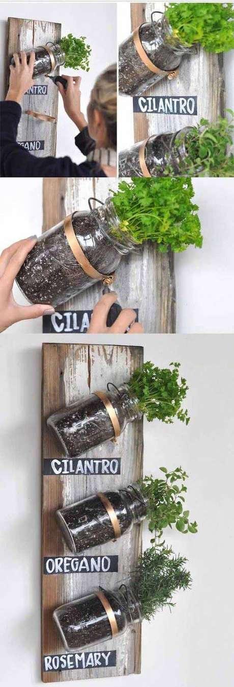 17. Passo a passo de como fazer uma horta vertical com potes de vidro