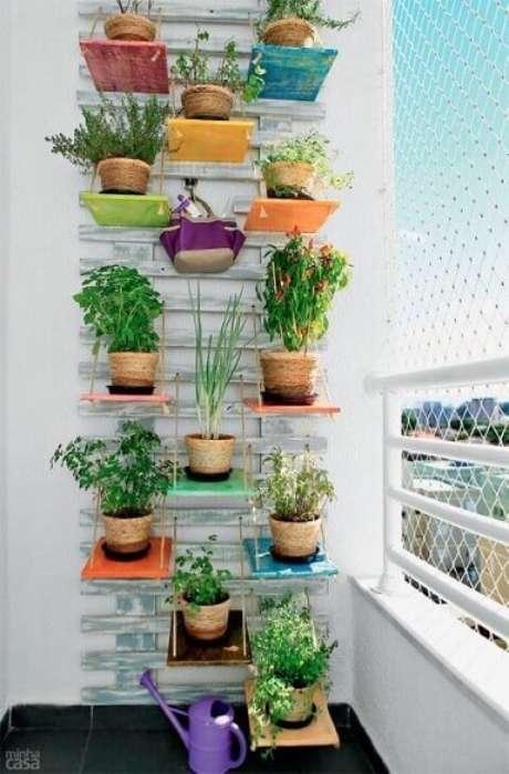 45. Horta vertical com prateleiras coloridas. Foto de Minha Casa