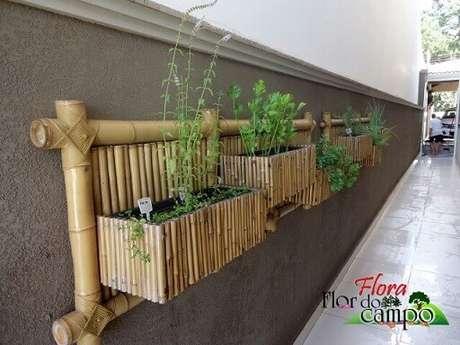 43. Horta vertical em treliça de bambu. Projeto de Flora Flor do Campo Pedras e Paisagismo
