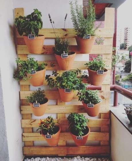 61. Horta vertical com vasos de cerâmica em estrutura de madeira. Foto de Via Sul Engenharia