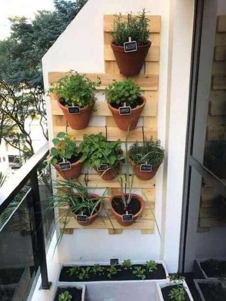 42. Horta vertical com vasos de cerâmica em estrutura de madeira. Foto de Roofing Brooklyn