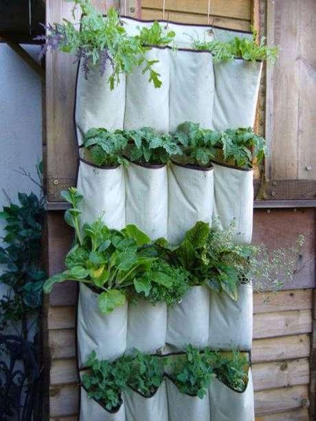 """11. Horta vertical em""""sacos"""" é um modelo super prático para se ter em casa"""
