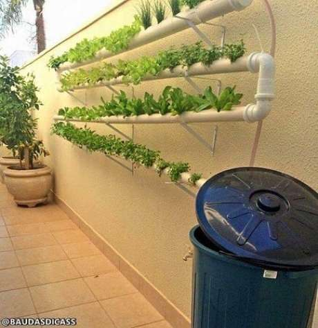 25. Horta vertical em cano de PVC na área externa. Foto de Baú das Dicas