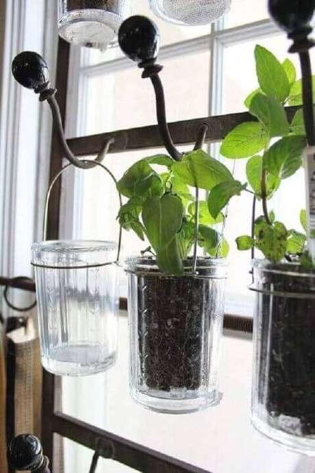 48. Você pode também reutilizar copos e outros potes para fazer a sua horta. Foto de Garden Pleasures