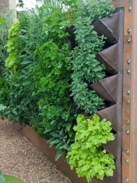 33. Horta vertical em estrutura com bolsos. Foto de Gardening Sustain
