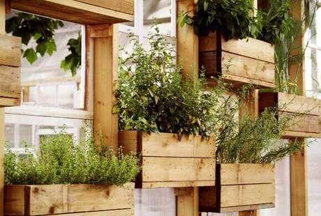 49. Horta vertical em estrutura de madeira com caixotes. Foto de Harrubana