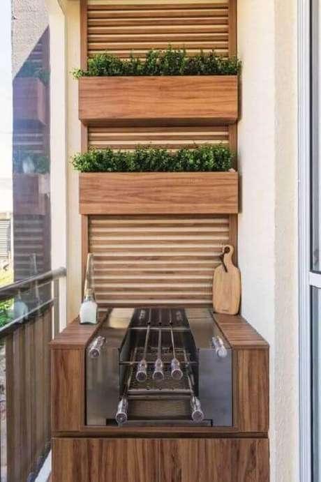 41. Varanda gourmet com horta vertical em estrutura de madeira sobre a churrasqueira. Foto de Roofing Brooklyn