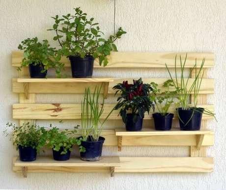 63. Horta vertical em estrutura de madeira com prateleiras. Foto de Pic Snapper