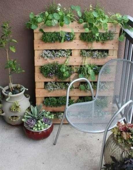 26. Dá também para usar pallets para fazer a sua horta vertical. Foto de Blog Thony