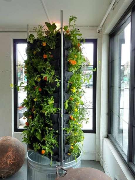 20. Horta em torre no estilo de bolsos, uma ótima forma de criar suas plantas