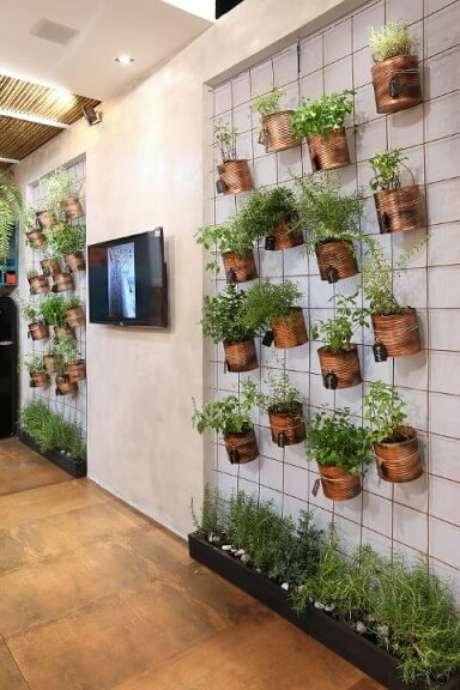 28. Essas treliças de metal são ótimas para fazer horta vertical. Projeto de Ana Cano Milman