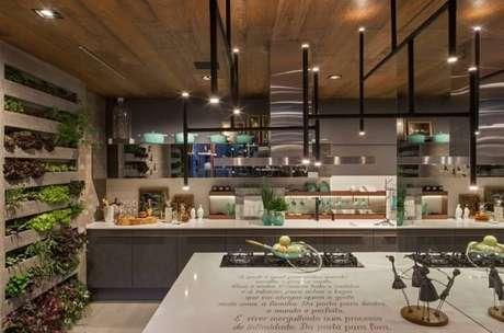 30. Horta vertical em estrutura embutida na parede da cozinha moderna. Projeto de Casa Cor Franca 17