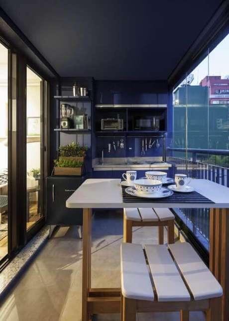 52. Horta vertical em caixotes de madeira na varanda gourmet. Projeto de Decoradoria Decoração Online