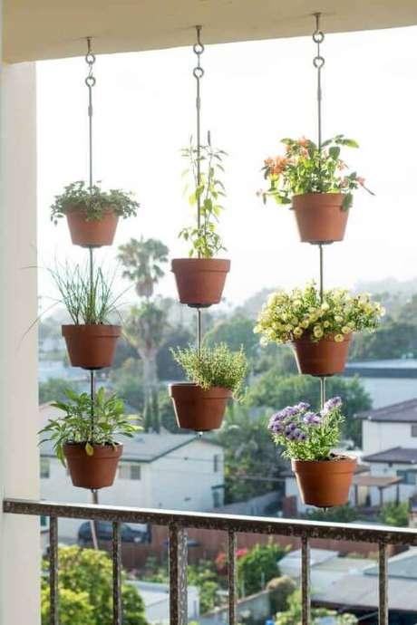 31. Horta vertical com vasos pendurados na varanda. Foto de Espaço Casa