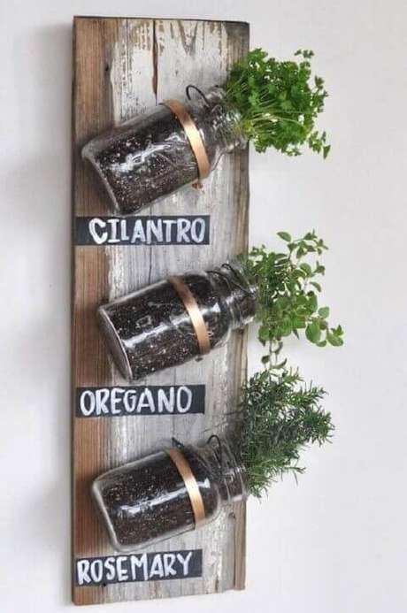 46. Mini horta vertical em potes de vidro. Foto de Pinterest