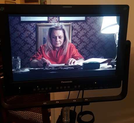 A atriz vista em um monitor no set de Quase Alguém: um drama sobre amor e desamor
