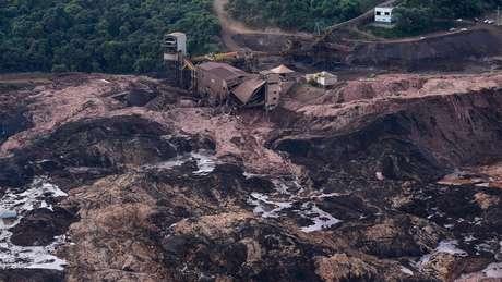 Lama invadiu o início da estrada por onde Ana Paula estava descendo com o caminhão (à esquerda) e destruiu parte da infraestrutura da Vale localizada ali