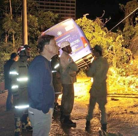 Prefeito Marcelo Crivella acompanha trabalho de apoio às vítimas na avenida Niemeyer; ônibus atingido por árvore estaria ocupado por duas vítimas que estão desaparecidas