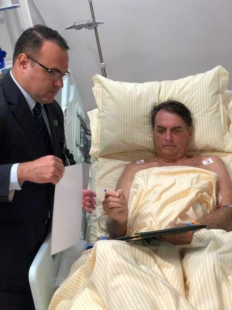 Presidente Jair Bolsonaro assina documentos no hospital Albert Einstein, em São Paulo 31/01/2019 Presidência/Divulgação via Reuters