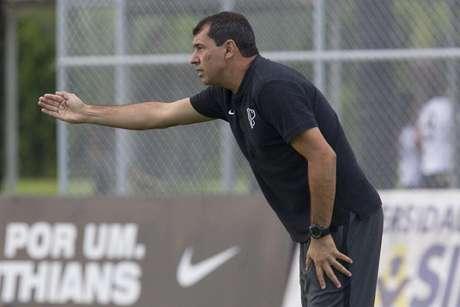 Carille não pôde trabalhar com os jogadores em campo (Foto: Daniel Augusto Jr)