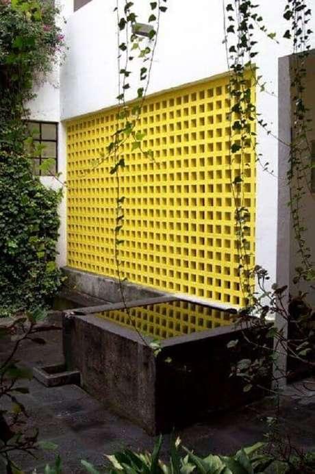 15. Decoração para área externa com cobogó de concreto pintado de amarelo – Foto: Archdaily