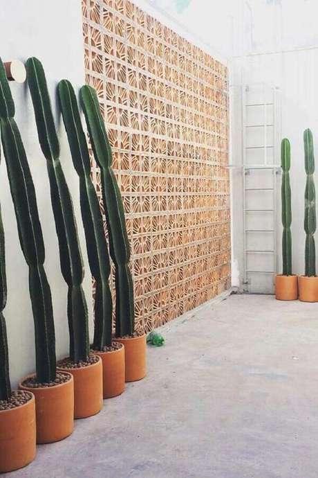 16. Área externa decorada com parede de cobogó de concreto e vasos de cactos – Foto: Neu dekoration stile