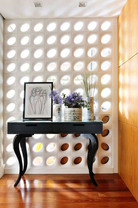 17. Decoração para hall de entrada com cobogó cerâmico branco e aparador preto – Foto: Move Móvel