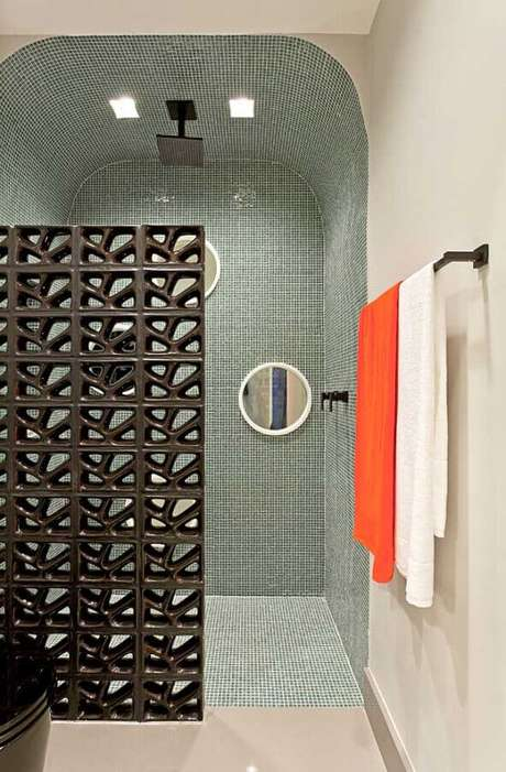19. Decoração de banheiro com cobogó cerâmico preto e pastilhas de vidro – Foto: Clélia Regina Angelo
