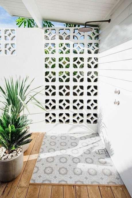 20. Decoração para área externa com cobogó de concreto pintado de branco – Foto: Pinterest