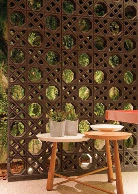 21. Decoração para área externa com cobogó e jardim vertical ao fundo – Foto: Arte Em Ladrilhos