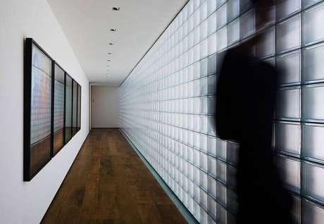23. Decoração para corredor com cobogó de vidro – Foto: Studio MK27