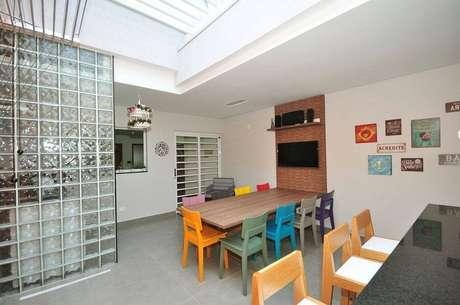 24. Decoração para cozinha ampla com cadeiras coloridas e cobogó de vidro – Foto: Condecorar