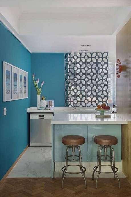 26. Cozinha pequena decorada com cobogó e pequeno balcão azul claro – Foto: Neu dekoration stile