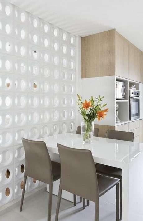27. Decoração para cozinha clean com mesa pequena e divisória de cobogó cerâmico branco – Foto: Pinterest
